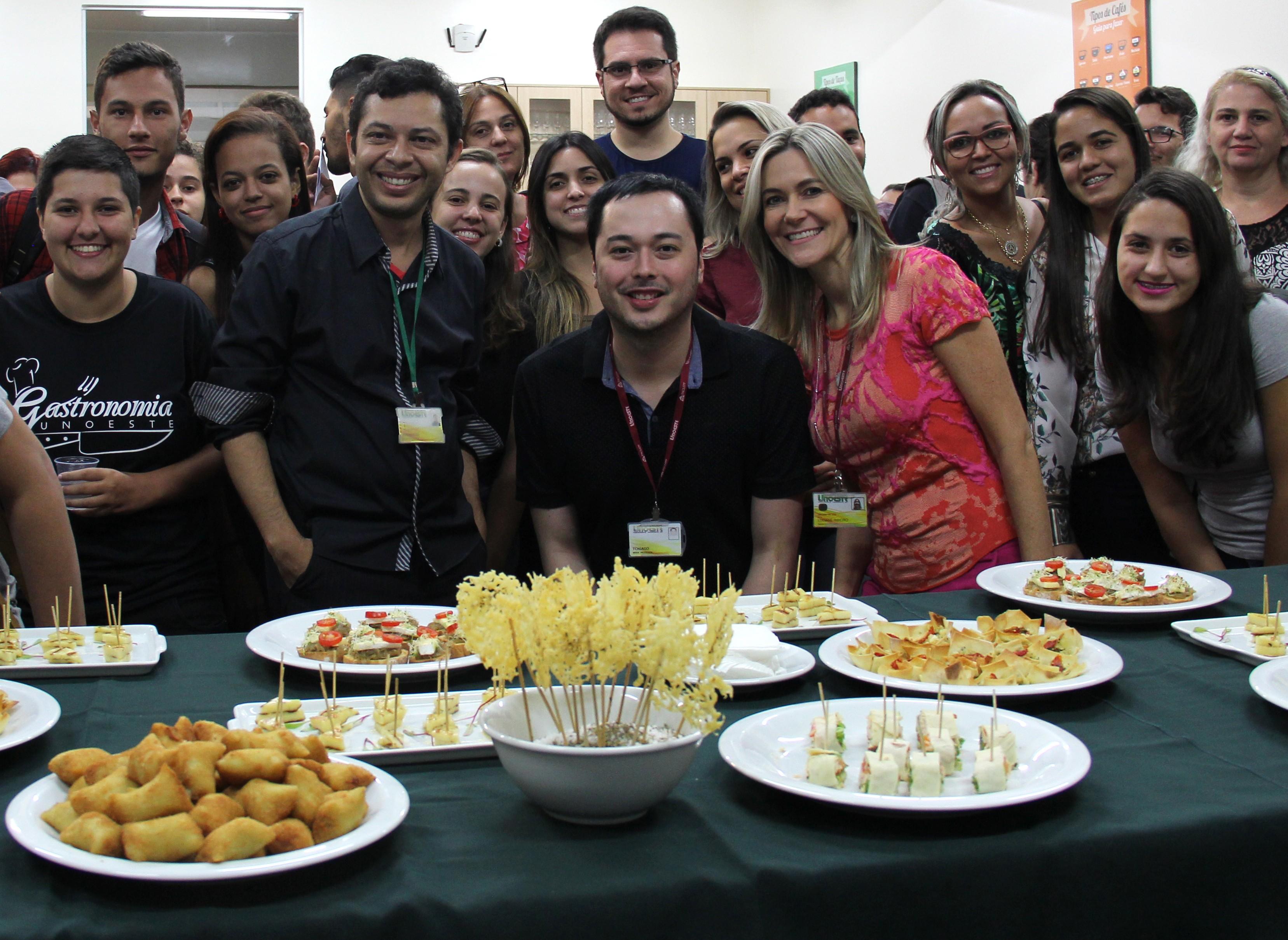 Estagiária de fotografia e professor da Facopp participam de evento na Gastronomia