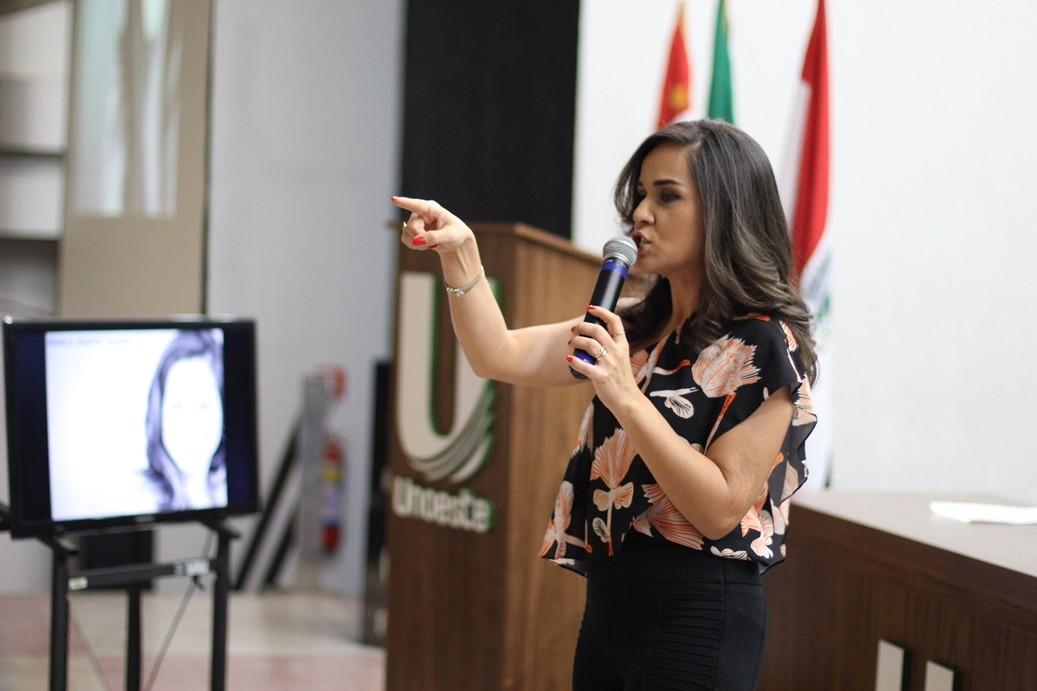 Isabele Benito encerra 8ª Jornada de Comunicação