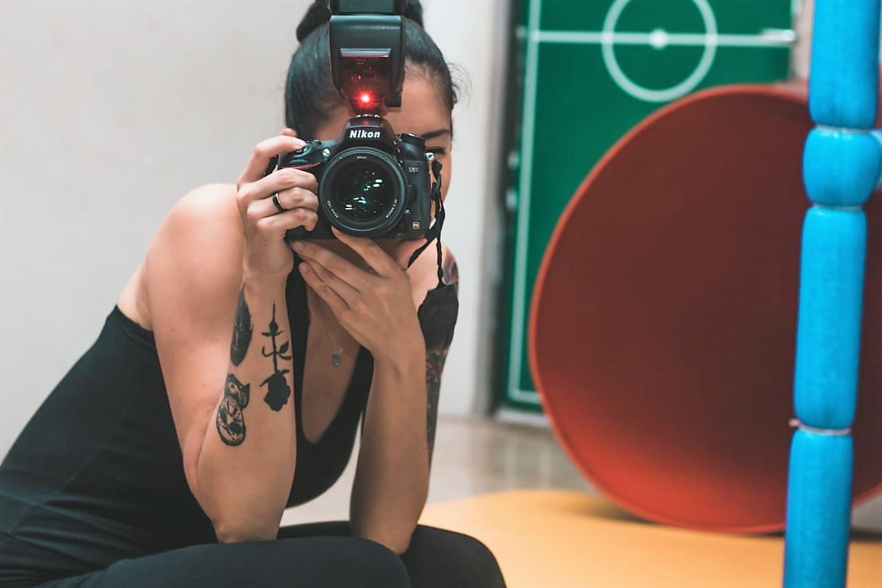 """""""Você aprende muito mais do que só pegar a câmera"""", diz ex-aluna de Fotografia"""