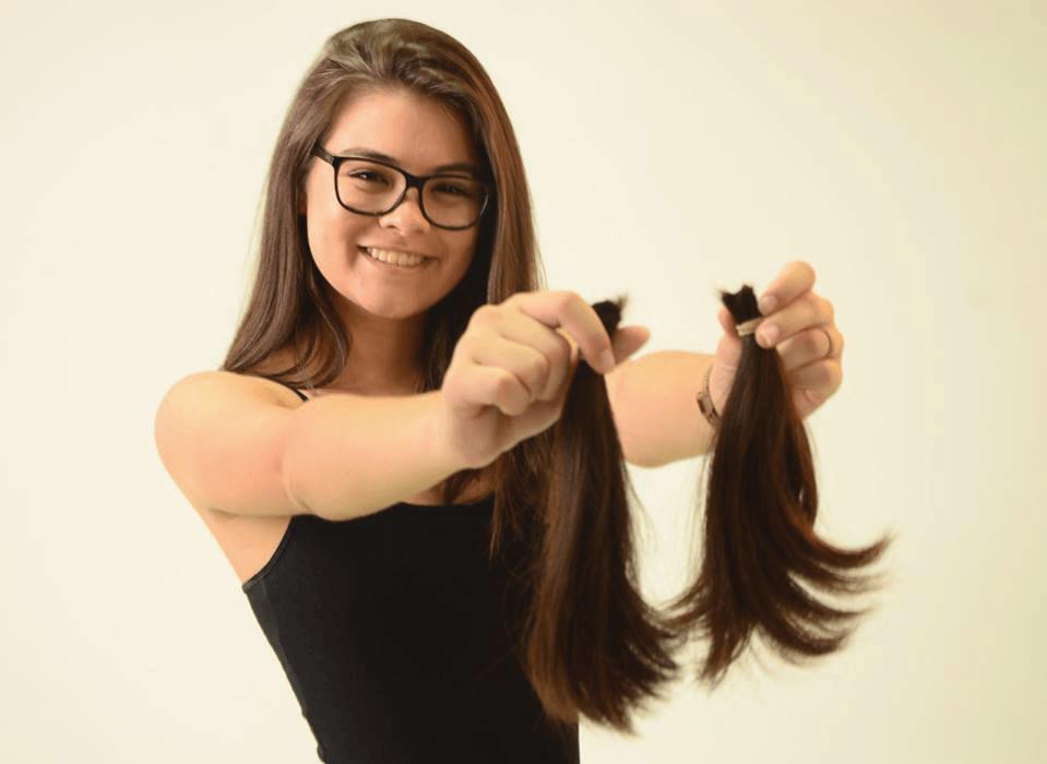Integrantes da Facopp doam cabelos para pacientes com câncer