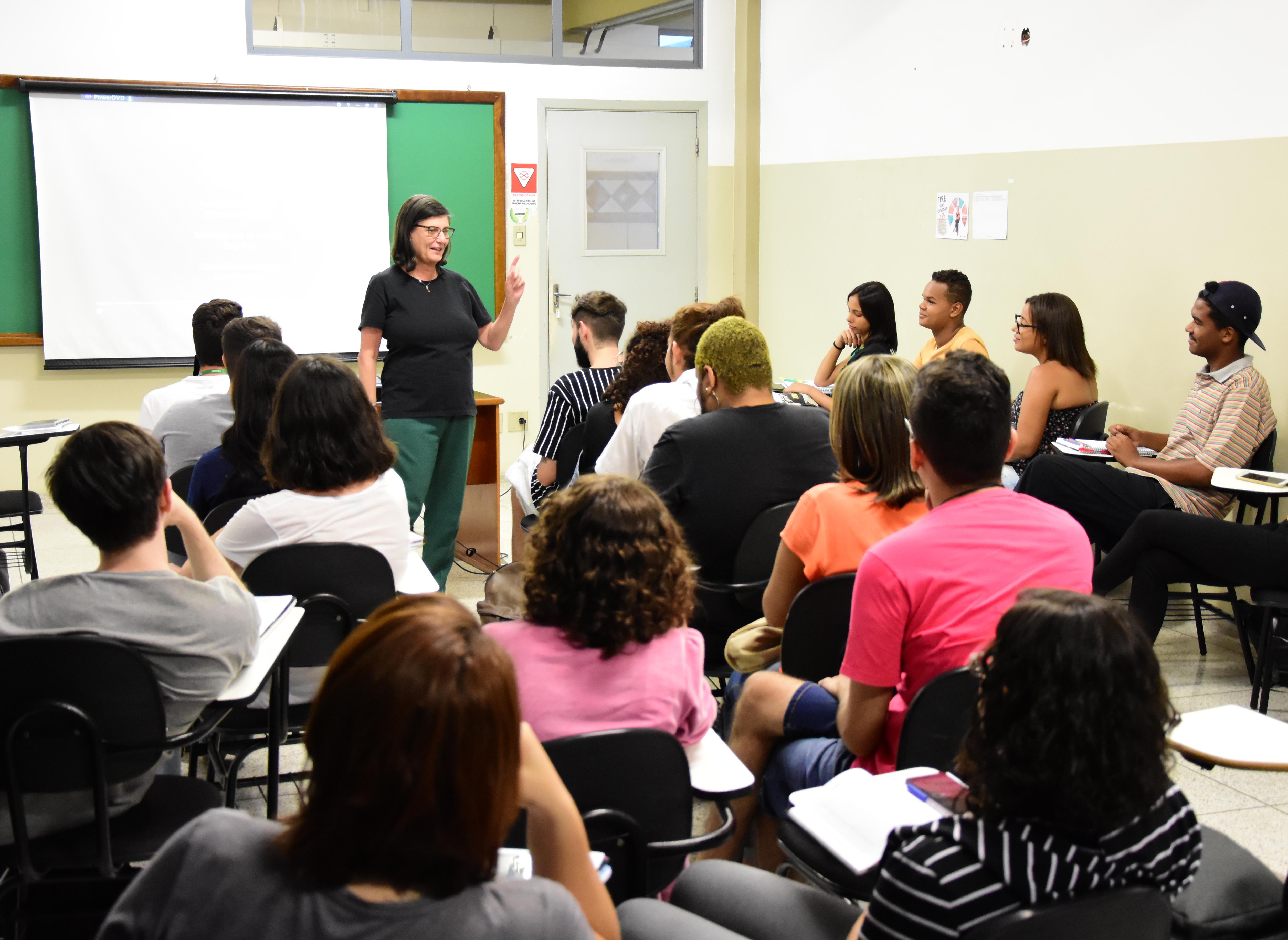 Simonetta Persichetti ministra aula sobre Estética em Fotografia na Facopp