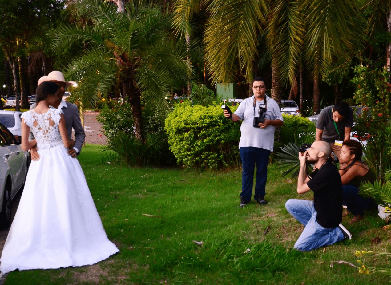 Alunos produzem fotografia matrimonial com noivos reais