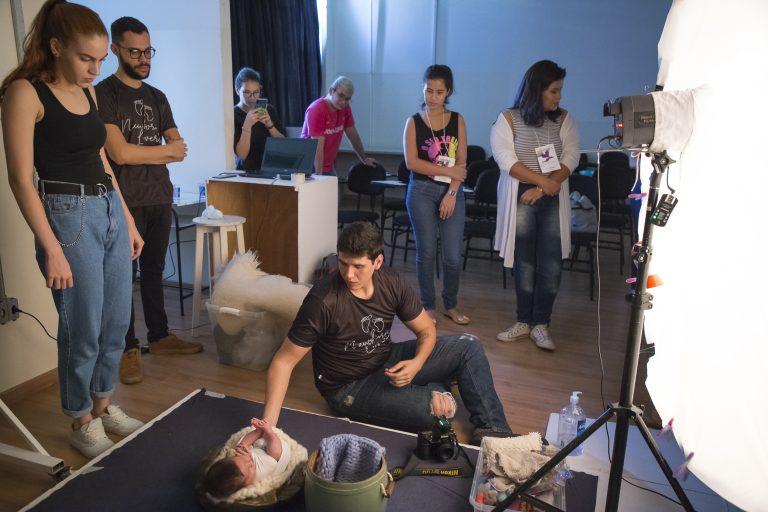 """Oficina """"Introdução à fotografia newborn e às técnicas de wrap"""". Palestrante: Francisco Meneguci Zaidel (Chico Zaidel Fotografia) Foto: Marlene Reverte"""