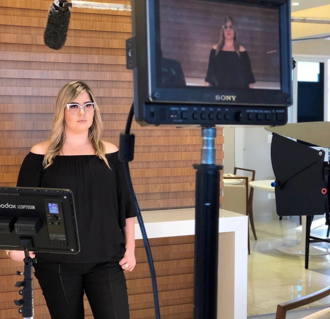 Samara Kalil retrata a junção de diversas funções dentro da comunicação