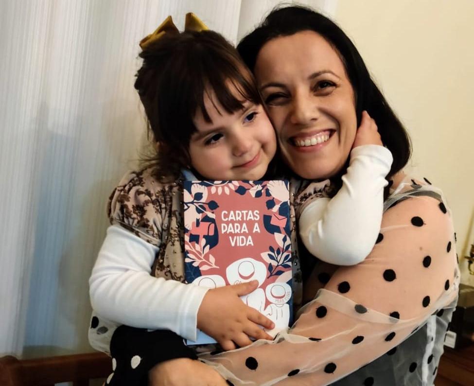 Professora da Facopp lança livro de crônicas